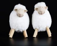 黑表面上的两只白色羊羔 库存照片