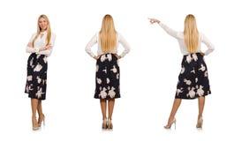 黑裙子的俏丽的女孩有在白色隔绝的花的 免版税库存照片