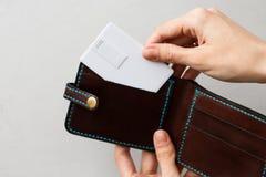黑褐色和蓝色皮革在灰色有空白的白色卡片嘲笑的隔绝的通话记录卡持有人和口袋 库存照片