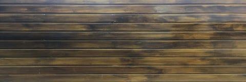 黑褐色软性涂了清漆木纹理表面作为背景 难看的东西洗涤了木板条桌样式顶视图 库存照片