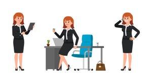 黑西装的少妇坐办公桌,饮用的咖啡,谈话在智能手机,使用片剂 皇族释放例证