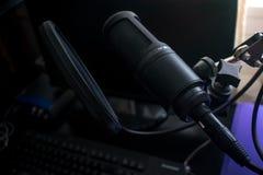 黑话筒在有流行音乐盾的家庭录音室在mic立场 免版税库存图片