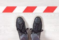 黑运动鞋在前面保持红色和空白线路 库存图片