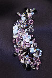 黑金刚石在紫色丝绸小的堆珠宝 库存照片
