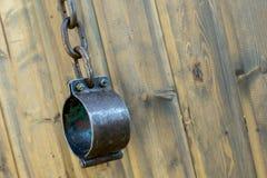 黑金属手铐用阻止罪犯和奴隶中世纪伪造的手铐的链子老设备 库存图片