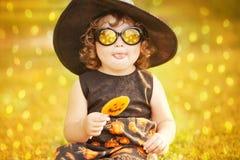 黑针对性的帽子和太阳镜的小女孩巫婆 免版税库存照片