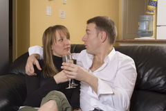 黑长沙发夫妇开会 免版税库存照片