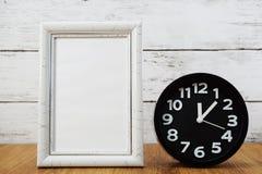 黑闹钟和空间照片框架 库存图片