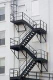 黑防火梯,白色大厦 免版税库存照片