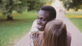 黑非洲人和白女孩 不同种族之间的爱 股票录像