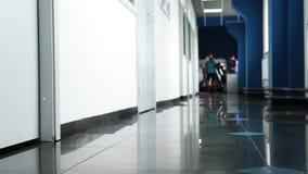 黑鞋子的年轻女人走沿在黑暗的大理石地板上的走廊的  股票录像