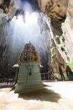 黑风洞,马来西亚, 2017年12月15日:在巴图洞中间的寺庙 免版税图库摄影