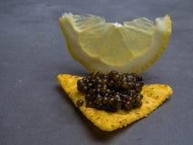 黑鱼子酱和柠檬,鲜美食品,开胃菜 免版税图库摄影