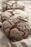 黑麦农厂酸面团一个美丽的大面包是手工制造的 特写镜头 免版税库存图片