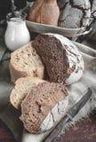 黑麦农厂酸面团一个美丽的大面包是手工制造的 特写镜头 库存照片