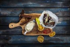 黑麦和麦子面包开胃油煎的金黄棕色油煎方型小面包片在土气木头的 库存图片
