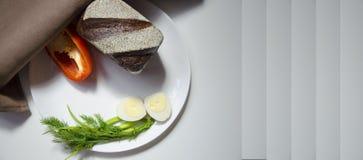 黑麦面包、鸡蛋和胡椒在白色背景 免版税库存照片
