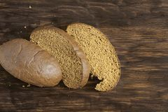 黑麦面包三个片断在桌上的 免版税库存图片