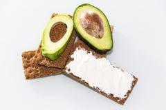 黑麦面包三明治用鲕梨和乳酪 特写镜头 免版税库存图片