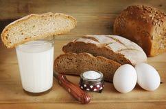 黑麦面包和一杯吃的牛奶 免版税库存照片