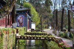 黑龙水池和玉龙雪山,丽江,云南,中国 黑龙潭裕隆血山 免版税图库摄影