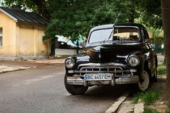 黑GAZ-M20 Pobeda汽车发布大约1950年在苏联的葡萄酒在街道上停放了 免版税库存照片