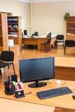 黑lcd计算机显示器在空的办公室室在工作日以后的结尾 图库摄影