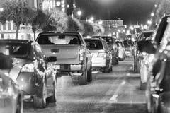 默特尔海滩, SC - 2018年4月4日:城市汽车通行在晚上 的treadled 免版税图库摄影