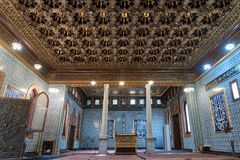 默罕默德有木金黄华丽天花板的阿里Tewfik,开罗,埃及王子Manial宫殿公开清真寺  免版税库存照片