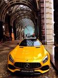 默西迪丝amg sportcar黄色的汽车 免版税库存照片
