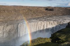 黛提瀑布在与彩虹的夏天下跌 免版税库存图片