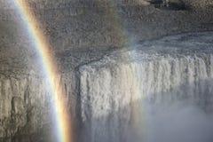 黛提瀑布在与彩虹的夏天下跌 库存图片