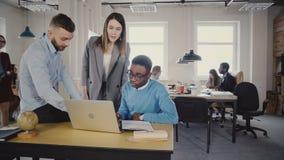 鼓励不同种族的工作者的可爱的女性领导 帮助年轻同事的女经理在现代办公室4K 股票视频