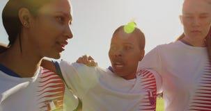 鼓励她的队的女性足球运动员,当站立胳膊武装在足球场时 4K 股票视频