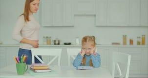 鼓励生气孩子的妈咪做困难的家庭作业 股票视频