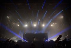 鼓和低音生活音乐会的Dj 库存照片