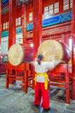 鼓塔的鼓手在北京中国2017年3月28日 库存照片
