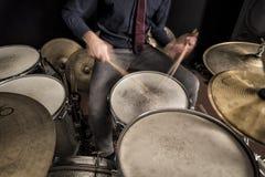鼓手在圈套,特写镜头,正面图的辗压paradiddle 库存照片
