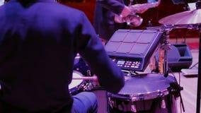 年轻鼓手在音乐会4K前排练在阶段的鼓 股票视频