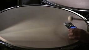 鼓手声调打鼓与条频器在音乐会前 股票视频