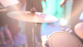 鼓手弹铙钹在音乐会 鼓手击中板材鼓 影视素材