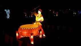 鼓手手工制造中国灯笼 免版税库存照片