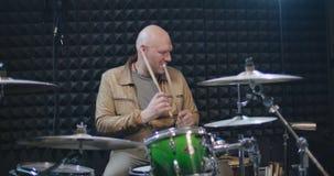 鼓手旋转的鼓槌在他的手上 影视素材