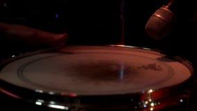 鼓手演奏在鼓成套工具的音乐 有演奏鼓集合的鼓槌的鼓手手 股票录像