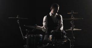 鼓手演奏鼓成套工具 鼓手与鼓槌的手剪影 E 影视素材