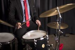 鼓手的手和躯干 免版税库存图片