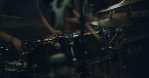 鼓手的手的特写镜头播放鼓的 股票录像