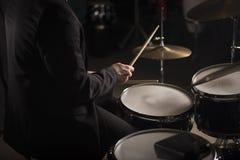 鼓手的手黑暗的照明设备的 免版税库存照片
