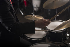 鼓手的手黑暗的照明设备的 免版税图库摄影
