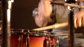 鼓手 在军鼓的特写镜头由一个不锋利的男性使用了 股票视频